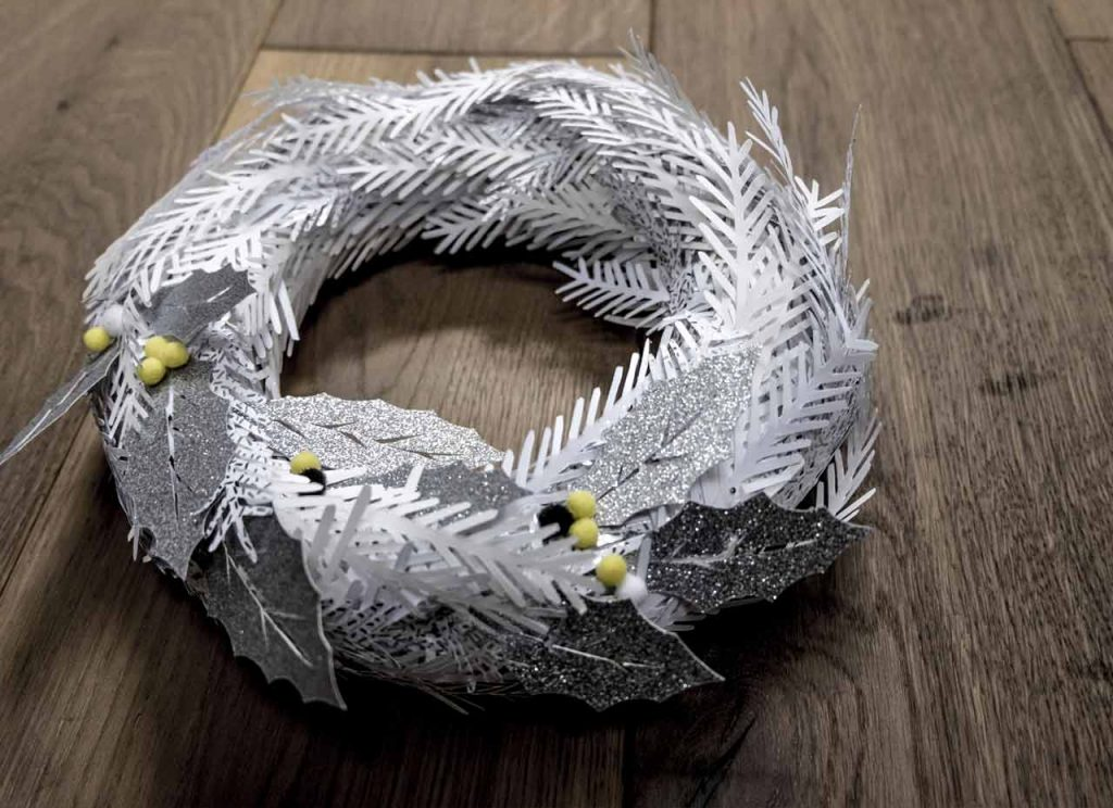 Learn how to make a DIY wreath in paper and polystyrene