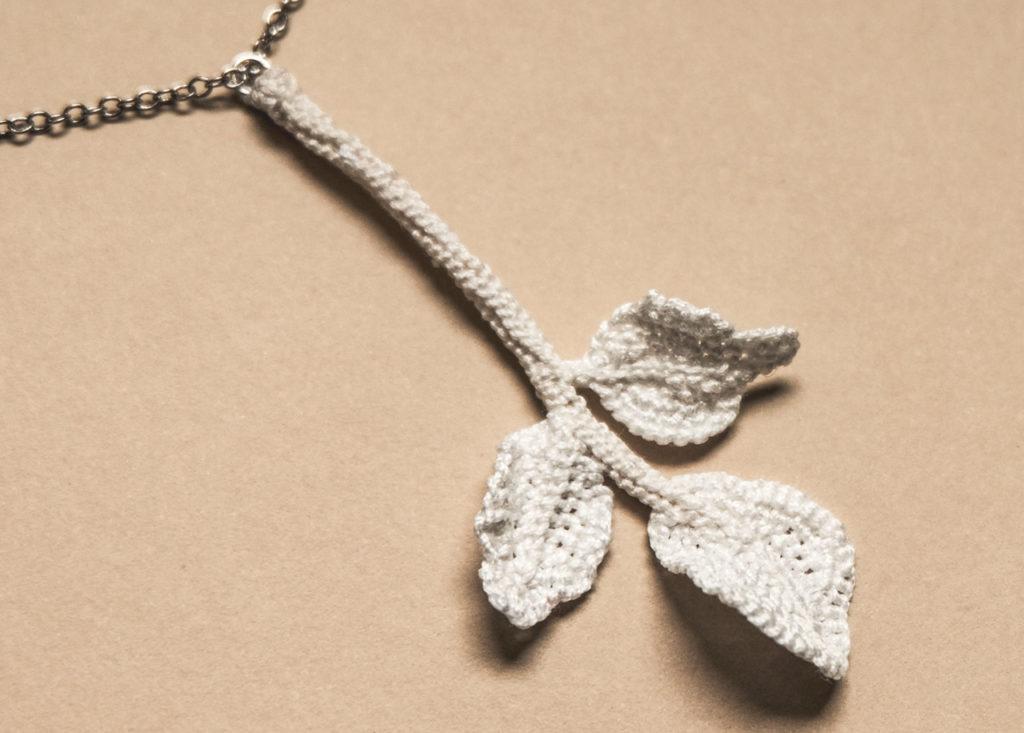 Pendentif feuilles de cresson, fait main, savoir faire et artisanat d'art, produit de luxe et bijoux Haute-Couture, atelier parisien d'exception